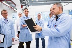 Shopfloormeeting: Die Abteilungsleiter präsentieren Andreas Fischer tagesaktuell die wichtigsten Werkskennzahlen.